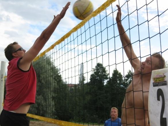 Tuomo Rissanen torjuu Ilkka Sammelvuo lyö beach volley -pelissä