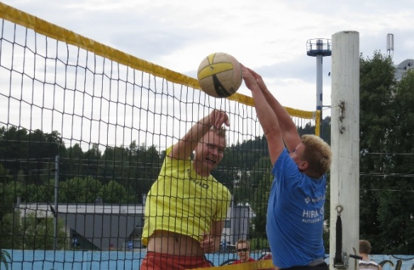 Ilkka sammelvuo lyö beach volley pelissä Kuopiossa