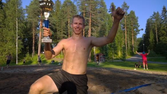 Kuvassa viime viikon voittaja Simo Näkki, joka oli keskareihin tuonut pokaalin saadakseen tuulettaa kunnolla. Laitettiin Simon kuva nyt, kun viime viikolla ei tullut raporttia.