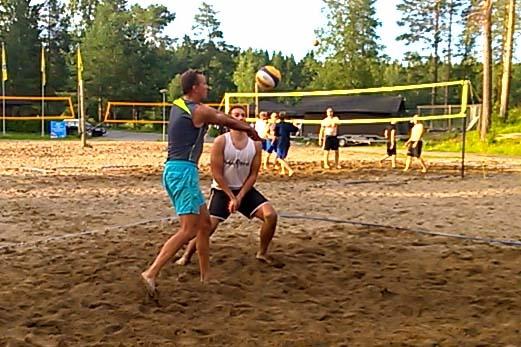 Tuomo Rissanen nostaa pallon beach volley pelissä Kuopiossa.